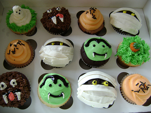 Diy baking scary cupcakes creativebusstop - Halloween decorations for cupcakes ...